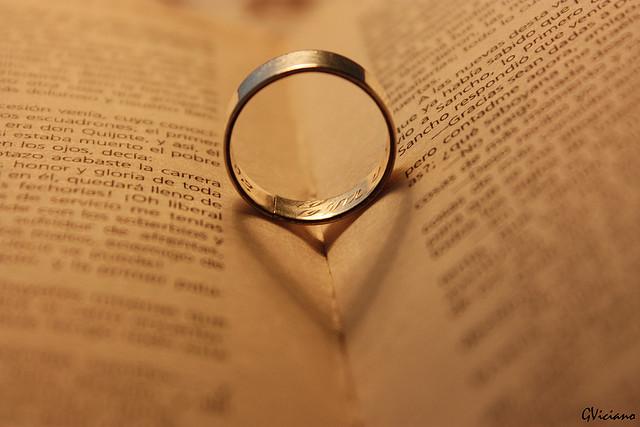 夢占いで指輪の意味とは?契約や大切な人との約束・拘束の象徴です。