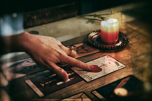 夢占いで占い師の意味/解釈は?智慧や助言・アドバイスを貰う事を意味します!