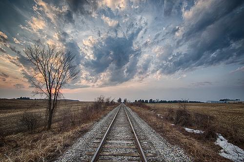 夢占い相談 | 彼は私から離れようとしているのか? 彼が電車でパラレルワールドに行く夢。